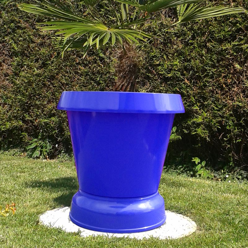 pot de fleur pelouse basse bleu
